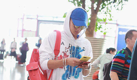 黄子韬:我不是在耍帅,我只是在玩手机