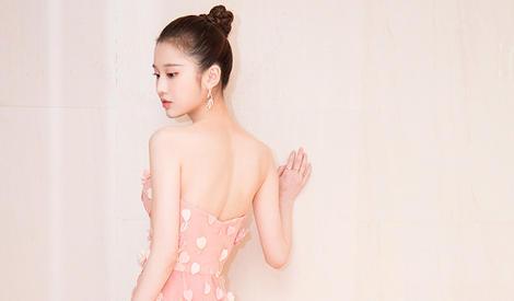 张慧雯穿花瓣裙显甜美?那是因为她就像花儿一样啊