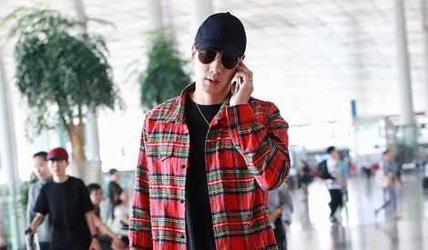 张亮:我真的是认真在讲电话,没有耍帅