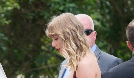 霉霉新歌怼遍全世界后首露面,在闺蜜婚礼当最美伴娘