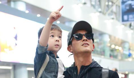 萌系儿子酷老爸!杜江和嗯哼这是在看啥?