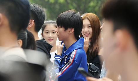 王俊凯:开学了,当然要参加开学典礼啦