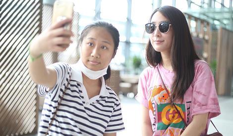 马苏机场偶遇虹桥一姐,和多位粉丝亲切合影