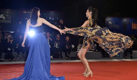 74届威尼斯电影节:戚薇秀长腿与冈本多绪斗美