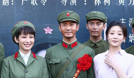 黄晓明再演军人,戴大红花笑容憨厚