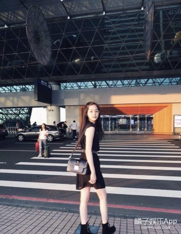 欧阳娜娜搭配复古眼镜文艺感爆棚,现身机场出发时装周