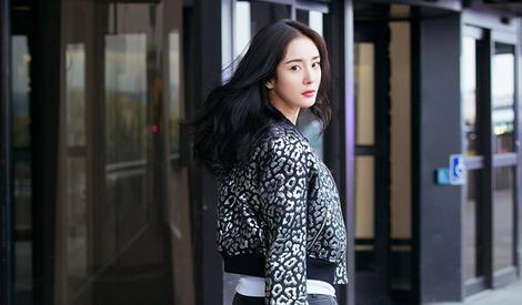 杨幂拍照也撩衣服,这是明星放大招的前奏?