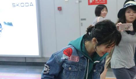 杨紫笑到直不起腰 吓得偷拍的姐姐一脸懵