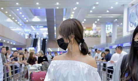 蔡依林戴上口罩走路也超有气势