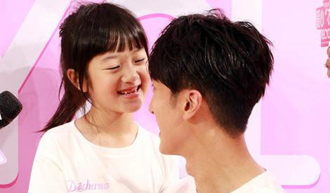 吴尊带女儿参加公益, neinei笑容超可爱