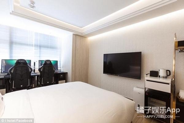这家酒店装有豪华版游戏设备,玩电竞的估计要挪不动腿了