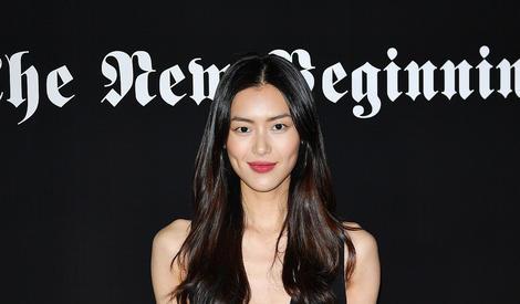 大表姐刘雯红唇深V超帅气!万万没想到背景板却是同色系