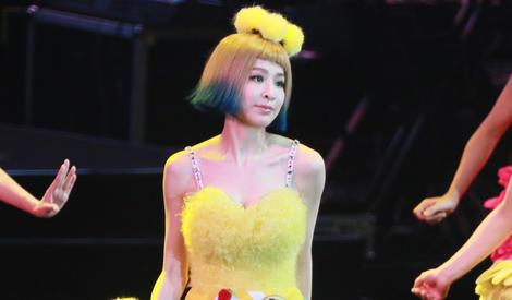"""""""甜心教主""""王心凌回归,穿小黄裙子依旧甜美"""