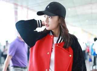 棒球夹克+棒球帽,李沁是要在机场挥出漂亮的一击吗