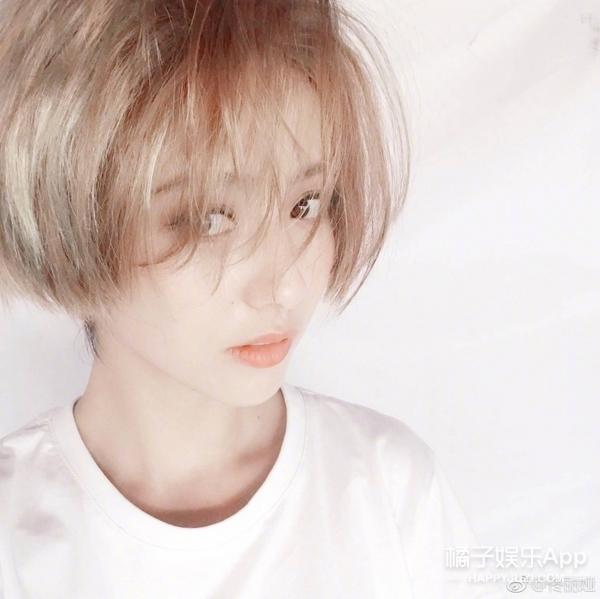 佟丽娅晒二次元发色自拍,果然人美怎样都美!