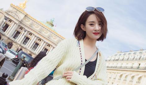 赵丽颖驻足巴黎街头,变最美观光客