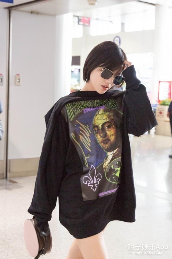马思纯利落短发现身机场,时髦穿搭就是你的初秋选衣范本!