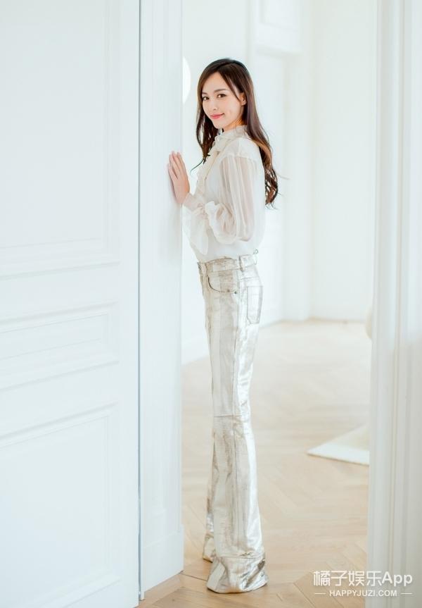 """时尚女郎唐嫣""""闪亮""""出席时装周,白衣搭配银色长裤干练又不失甜美~"""