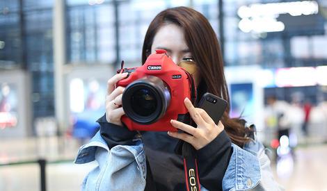 戚薇也爱玩摄影,脸比相机还小,好羡慕