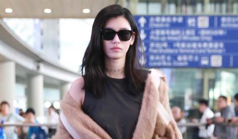 """奚梦瑶撩发冷漠脸,变""""行走的地毯""""也依然是超模"""