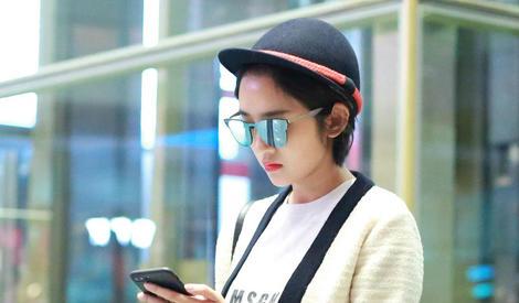 唐艺昕一路玩手机,似与男友张若昀隔空传情