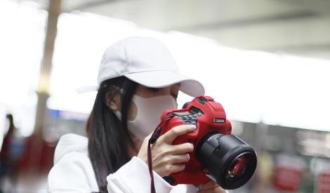 李小璐和记者玩对拍,相机比脸大一圈~