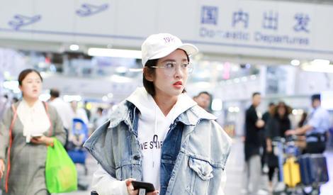 小可爱唐艺昕,左顾右盼是在找张若昀吗?