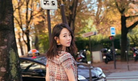 刘雯白百何时装周合影,同穿毛呢外套风格大不同