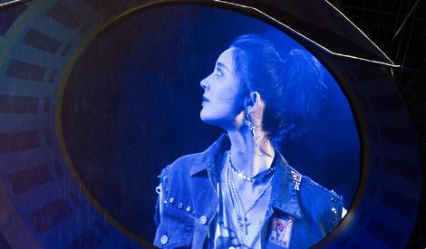 娜扎冒雨演出,这么美的摇滚girl你见过吗?