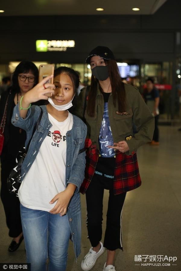 蒋欣与虹桥一姐合影,放假还在蹲守机场一姐也是够敬业了...
