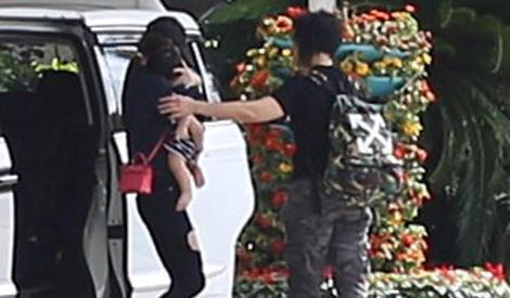 Angelababy抱娃现身机场,小海绵趴妈妈肩头酣睡