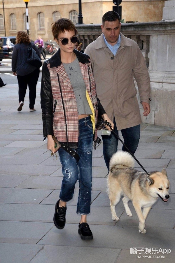 Cara Delevingne现身伦敦街头,牵爱狗外出散步衣品依然在线~