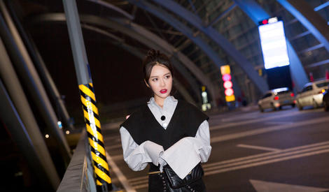 黄一琳机场凹造型,曾演电影版《粉红女郎》的哈妹