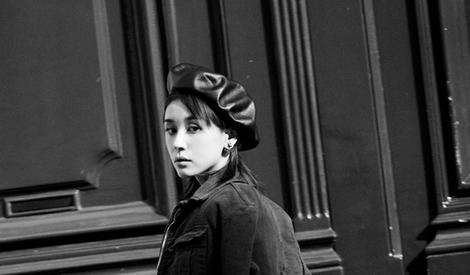 王子文在巴黎街头戴着贝雷帽凹出时尚感