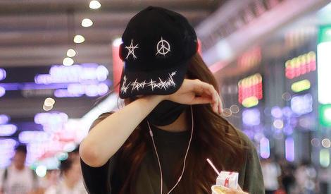 街拍猜明星丨她又害羞了?