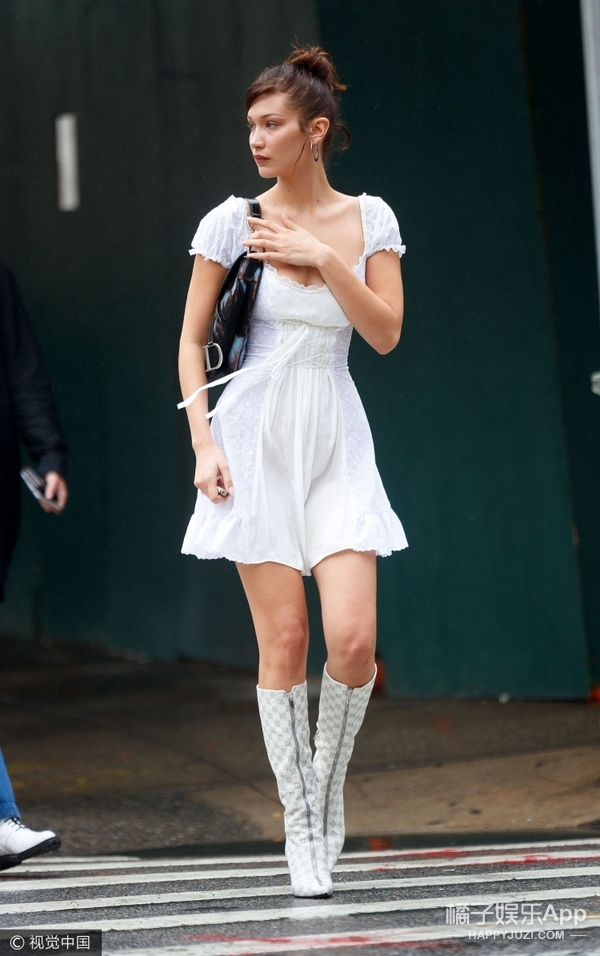 Bella妹纽约庆生获姐姐陪伴,身穿甜美风连衣裙现身街头!
