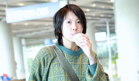 窦靖童喝酸奶被偷拍,这表情活像小时候偷嘴被抓住的你