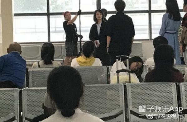 郑爽现身汽车站拍戏!等车乘客这次真化身吃瓜群众了!