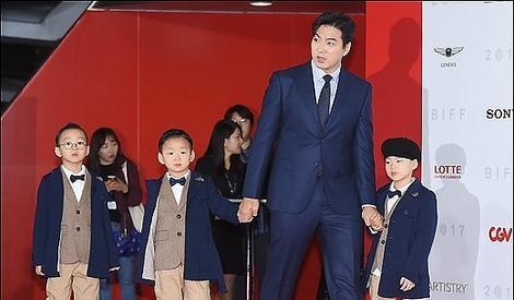 宋家三胞胎穿西装亮相釜山电影节,表情包萌娃变身长腿小欧巴