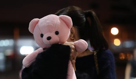 王丽坤童心大起,用粉色小熊遮脸表情搞怪
