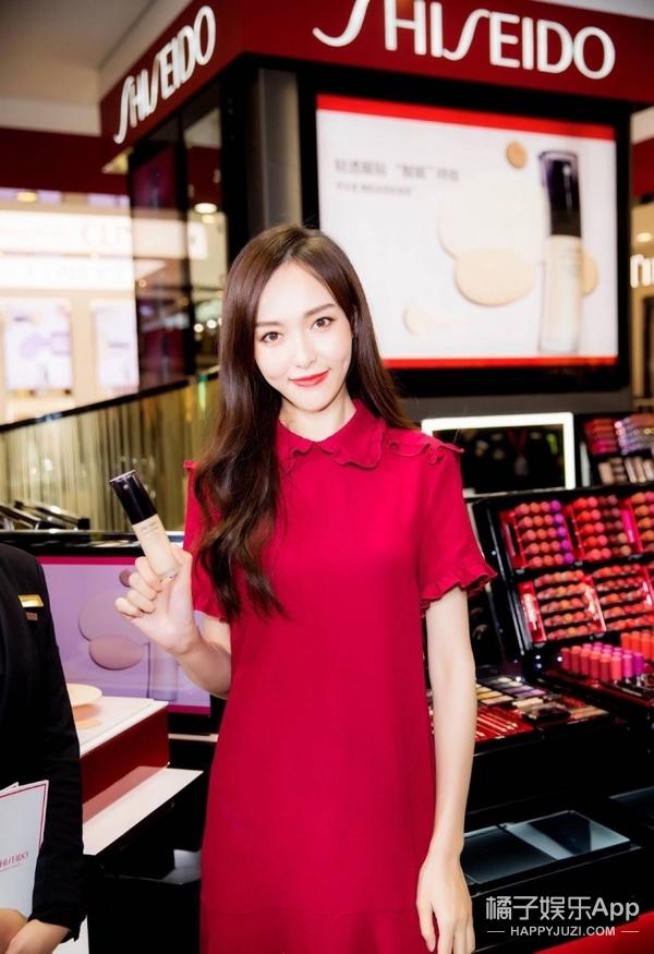 身为中国地区形象代言,唐嫣一席红装亮相活动,婉约中不失少女灵气!