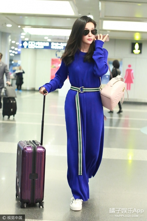 女神李冰冰一席蓝裙现身机场,巧用腰带提腰线穿平底也有大长腿!
