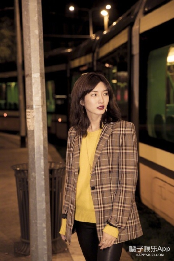 江疏影街头演绎格纹西装,为你呈现昏暗色调下的复古时髦。