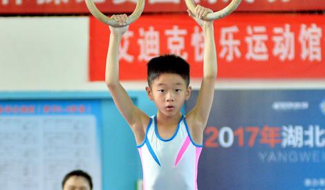 杨阳洋首次亮相体操赛场,台上动作潇洒台下呆萌依旧