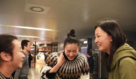 刘雯机场与友人热聊 笑弯了腰还露出小酒窝