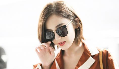 古力娜扎扶一下墨镜,顺便秀出了自己的无敌美颜