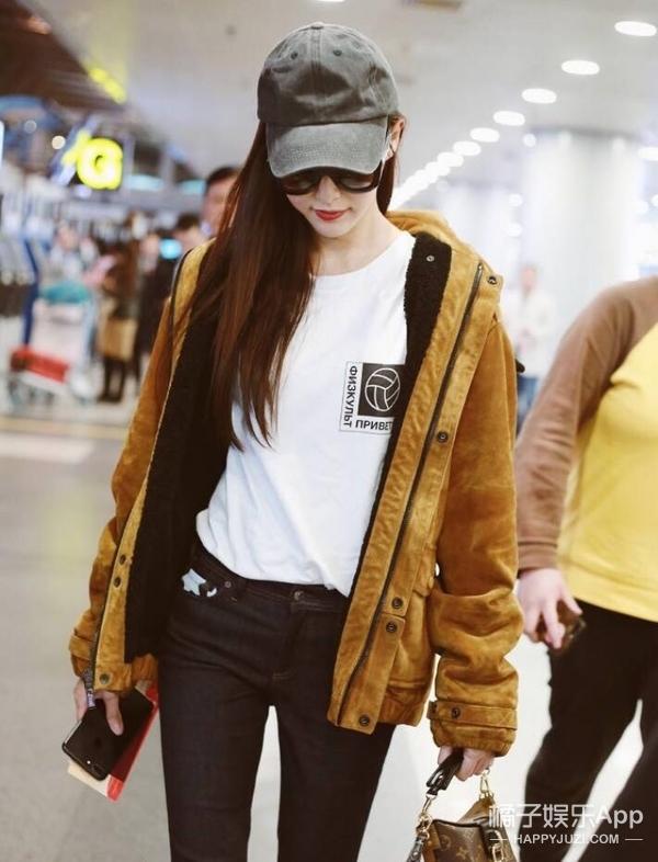 女神唐嫣身穿运动外套休闲十足,搭配纯白T恤简单的搭配也能如此吸睛~
