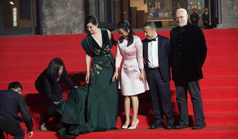 第一届平遥电影节:范冰冰深V长裙获专人搀扶 与男友李晨同场不同框