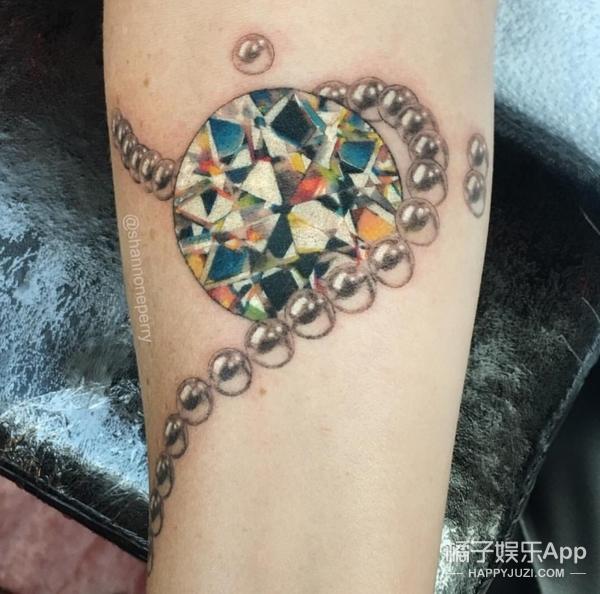 皮肤上仿佛嵌着宝石,你听说过纹身会发光吗?