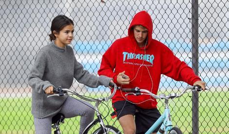"""比伯和赛琳娜共骑自行车狂虐狗,双手""""脱把"""" 放飞自我"""
